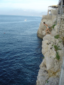 Cliff jumping en Grotta Azzurra, Capri, Italia
