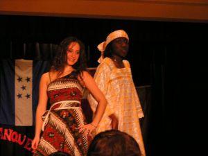 Desfilando con traje nigeriano en International Week Banquet en Texas Christian University, Fort Worth, Texas, EEUU
