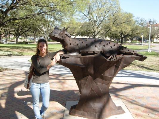 En TCU (Texas Christian University), con la estatua del Horned Frog, la mascota de la universidad donde obtuve una beca, estudié y me gradué comomi Lic. en RRPP y Publicidad Internacional y Lic. en Psicología