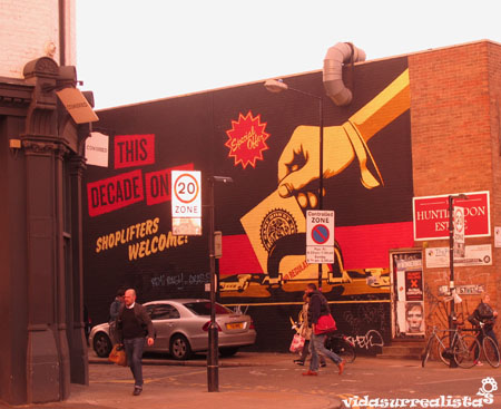 "Mural ""Shoplifters Welcome"",  por Shepard Fairey."