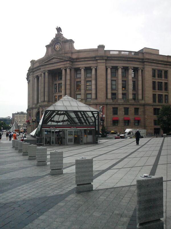 South Station la estacion mas importante de Boston trenes, subte y coles - La entrada al subte es la piramide onda Louvre que aparece en el frent
