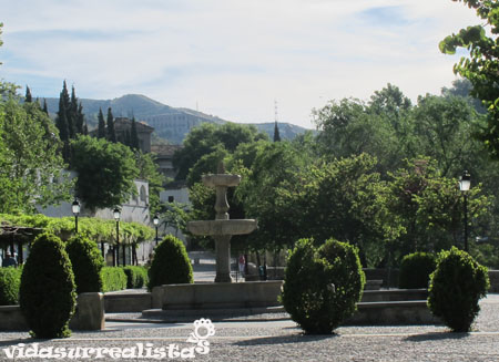 Plaza Patrimonio de la UNESCO sobre el río Darro antes de comenzar a subir hacia Sacromonte
