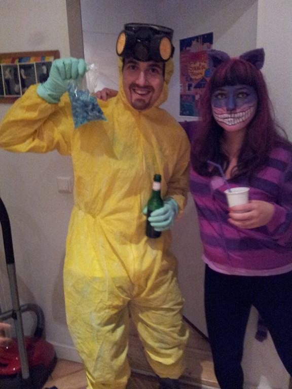 Walter de Breaking Bad con el gato de Alicia en el País de las Maravillas