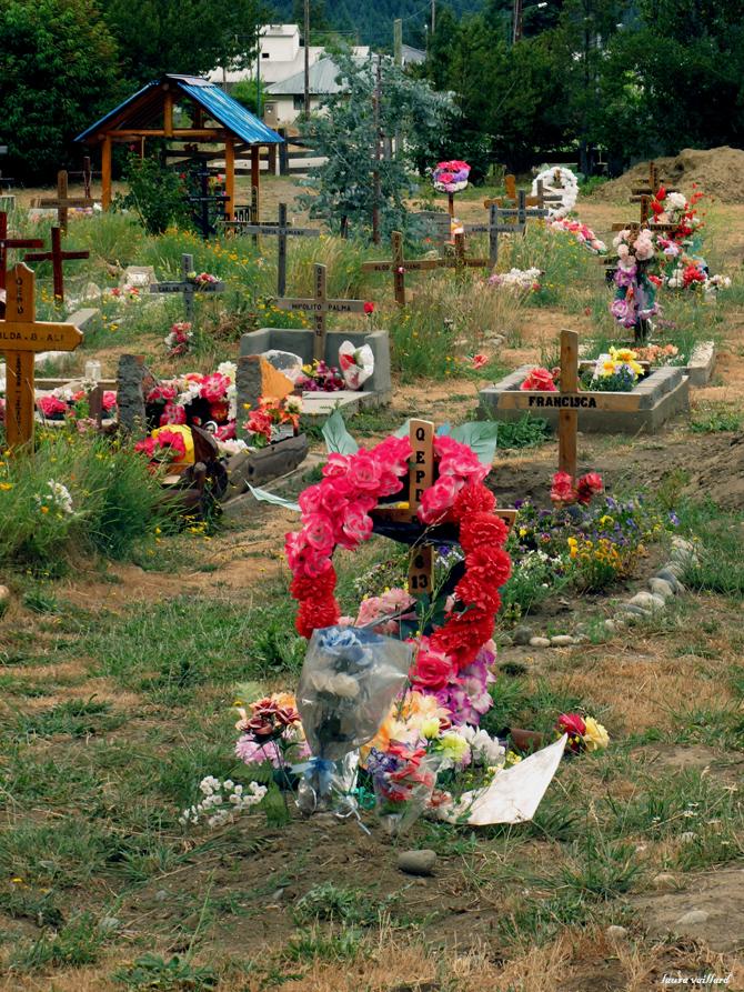 Cementerio de Lago Puelo donde me llamó la atención lo coloridas que son las tumbas.