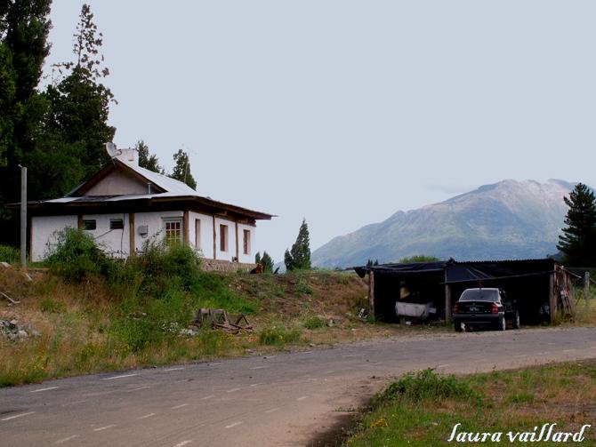 """Esta es la casa ubicada a la derecha de la """"pista de atletismo"""", que se ve en la foto."""
