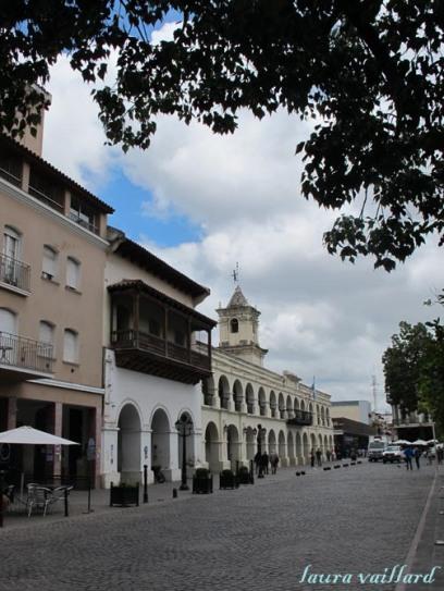 La plaza principal de Salta con el Cabildo Histórico de Salta de fondo