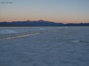 Las montañas se reflejan en los piletones de sal